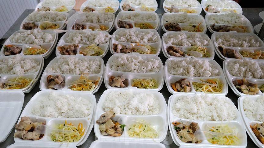 Nhìn gần nơi cung cấp hàng trăm suất ăn cho học sinh cách ly tại Hải Dương - Ảnh 4.