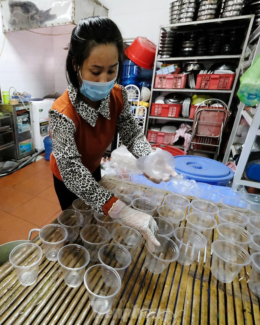 Nhìn gần nơi cung cấp hàng trăm suất ăn cho học sinh cách ly tại Hải Dương - Ảnh 5.