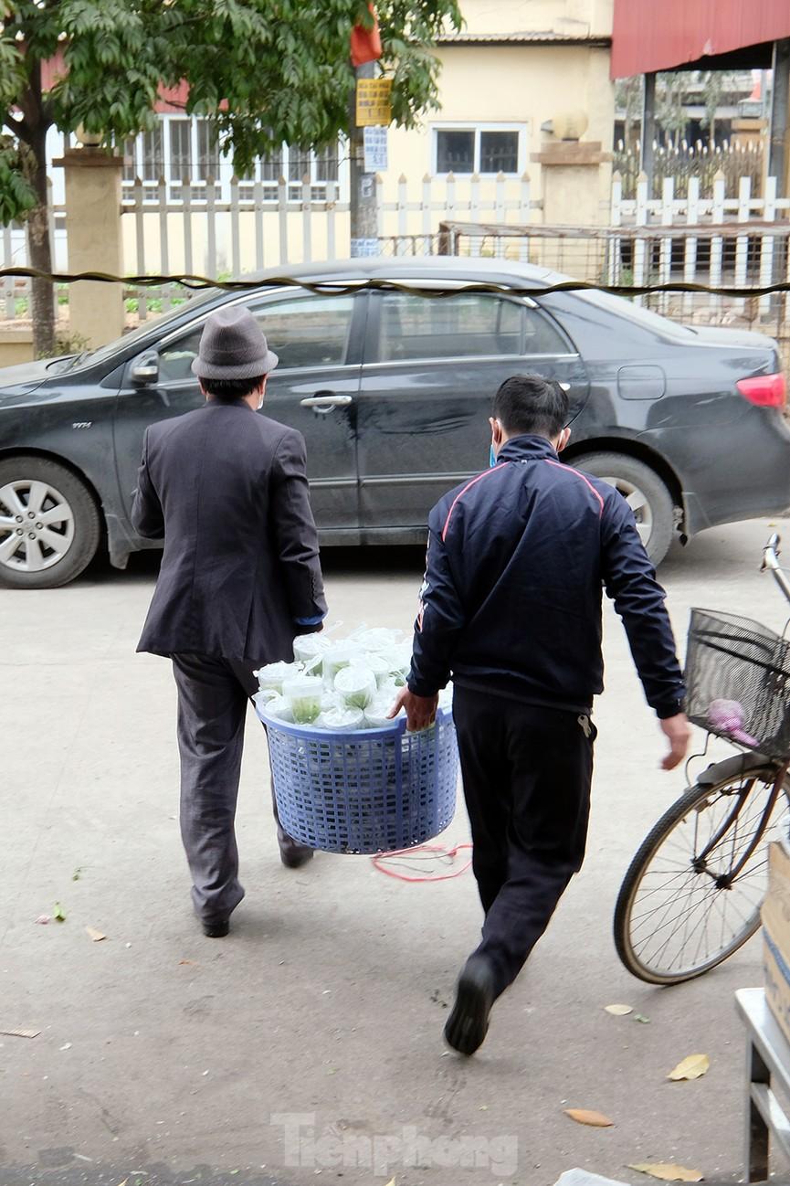 Nhìn gần nơi cung cấp hàng trăm suất ăn cho học sinh cách ly tại Hải Dương - Ảnh 7.
