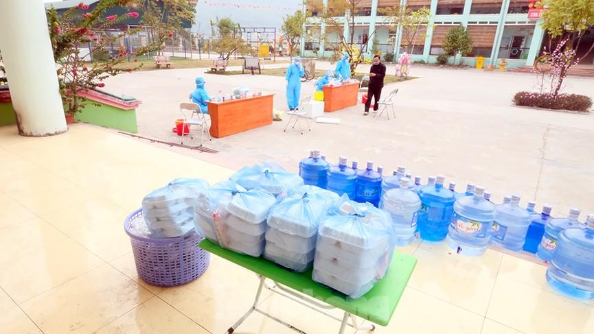 Nhìn gần nơi cung cấp hàng trăm suất ăn cho học sinh cách ly tại Hải Dương - Ảnh 9.