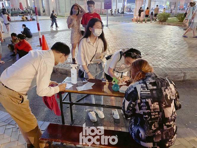 Đường hoa Phú Mỹ Hưng tấp nập người tham quan, bắt buộc đeo khẩu trang và khai báo y tế - ảnh 3