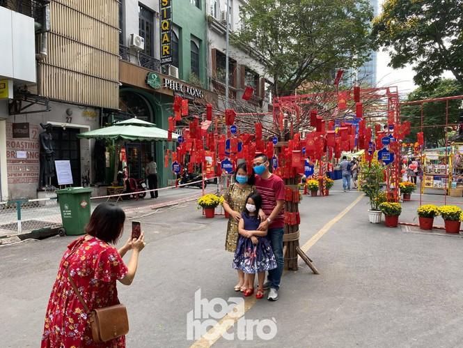 Đường hoa Nguyễn Huệ đẹp rực rỡ đón Tết Tân Sửu, đảm bảo quy tắc an toàn với du khách đến thăm - ảnh 7