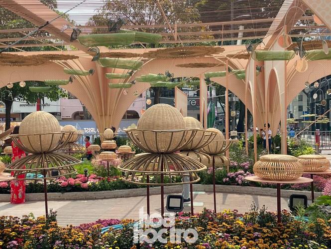 Đường hoa Nguyễn Huệ đẹp rực rỡ đón Tết Tân Sửu, đảm bảo quy tắc an toàn với du khách đến thăm - ảnh 4
