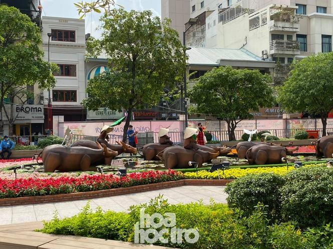 Đường hoa Nguyễn Huệ đẹp rực rỡ đón Tết Tân Sửu, đảm bảo quy tắc an toàn với du khách đến thăm - ảnh 2