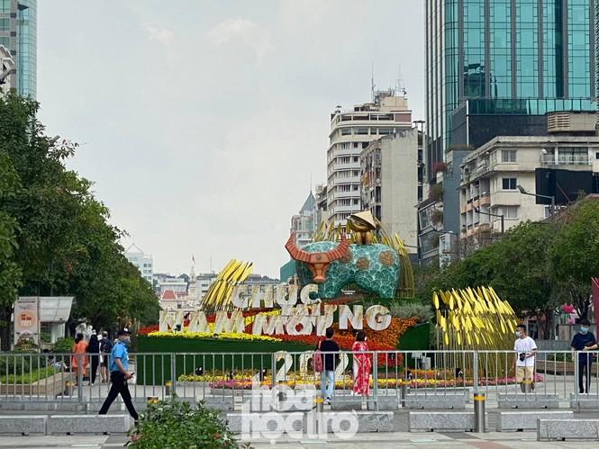 Đường hoa Nguyễn Huệ đẹp rực rỡ đón Tết Tân Sửu, đảm bảo quy tắc an toàn với du khách đến thăm - ảnh 3