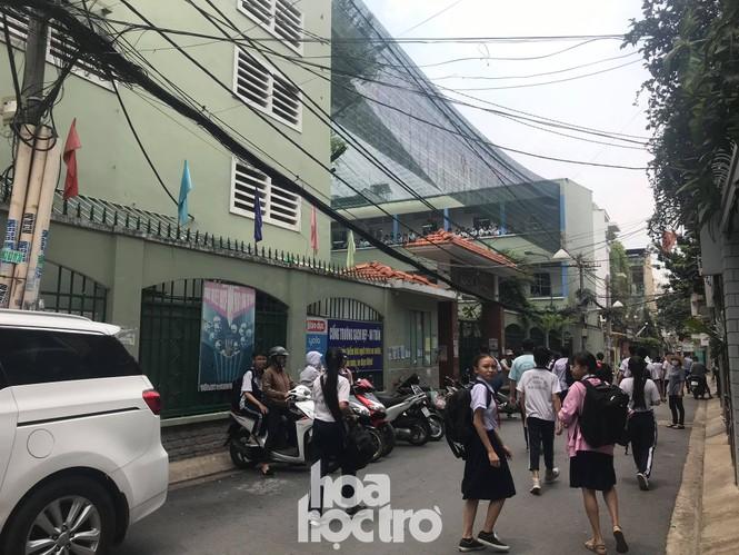 Sáng 27/5, học sinh THCS Bạch Đằng được ra về bằng cổng giữ xe thay vì đi cổng chính - ảnh 5