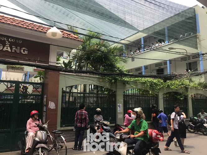 Sáng 27/5, học sinh THCS Bạch Đằng được ra về bằng cổng giữ xe thay vì đi cổng chính - ảnh 3