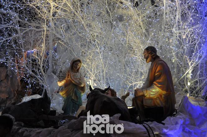 Hòa cùng không khí lễ hội, xóm đạo quận 8 lấp lánh ánh đèn đón Giáng sinh - ảnh 8
