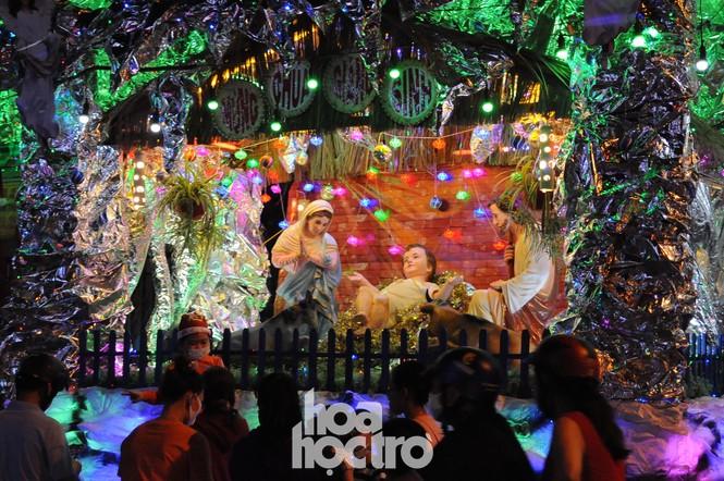 Hòa cùng không khí lễ hội, xóm đạo quận 8 lấp lánh ánh đèn đón Giáng sinh - ảnh 7