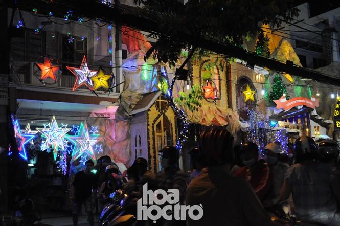 Hòa cùng không khí lễ hội, xóm đạo quận 8 lấp lánh ánh đèn đón Giáng sinh - ảnh 3