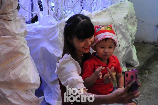 Hòa cùng không khí lễ hội, xóm đạo quận 8 lấp lánh ánh đèn đón Giáng sinh - ảnh 11