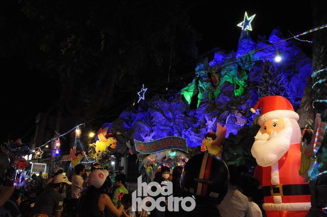 Hòa cùng không khí lễ hội, xóm đạo quận 8 lấp lánh ánh đèn đón Giáng sinh - ảnh 4