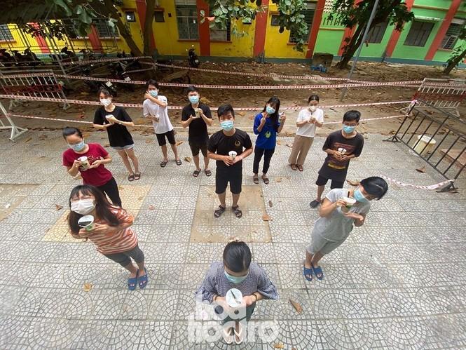 Đà Nẵng: Những sinh viên ngoại tỉnh chọn bỏ lỡ chuyến xe cuối cùng về nhà - ảnh 4