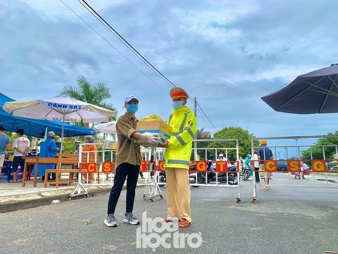 Đà Nẵng: Những sinh viên ngoại tỉnh chọn bỏ lỡ chuyến xe cuối cùng về nhà - ảnh 5