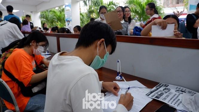 Trường ĐH Sư phạm - ĐH Đà Nẵng: Mưa to cũng không thể cản bước chân tân sinh viên nhập học - ảnh 2