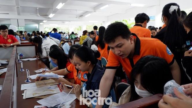 Trường ĐH Sư phạm - ĐH Đà Nẵng: Mưa to cũng không thể cản bước chân tân sinh viên nhập học - ảnh 3