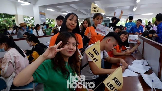 Trường ĐH Sư phạm - ĐH Đà Nẵng: Mưa to cũng không thể cản bước chân tân sinh viên nhập học - ảnh 4