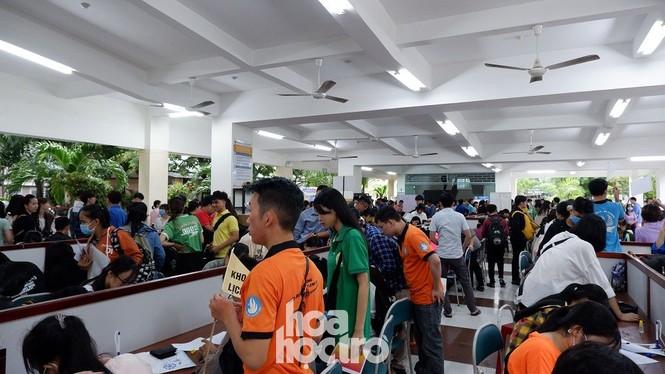 Trường ĐH Sư phạm - ĐH Đà Nẵng: Mưa to cũng không thể cản bước chân tân sinh viên nhập học - ảnh 5