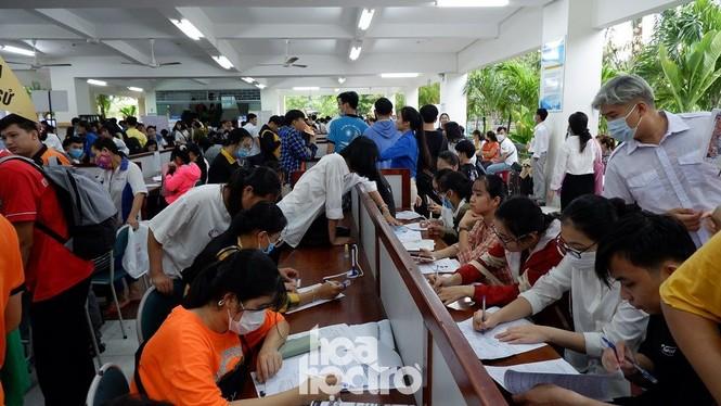 Trường ĐH Sư phạm - ĐH Đà Nẵng: Mưa to cũng không thể cản bước chân tân sinh viên nhập học - ảnh 1