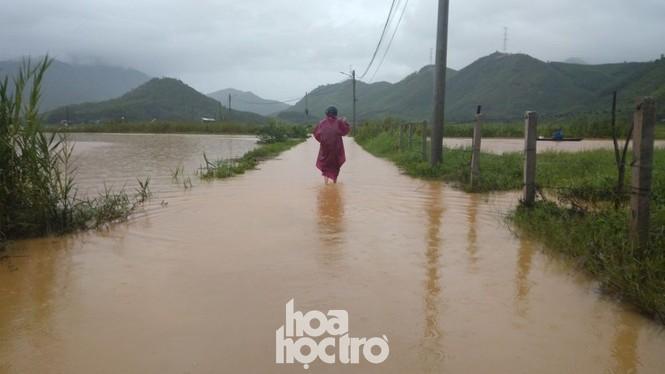 """Đi học chưa đầy một tháng, teen Đà Nẵng lại """"ngừng đến trường"""" vì mưa lũ - ảnh 6"""