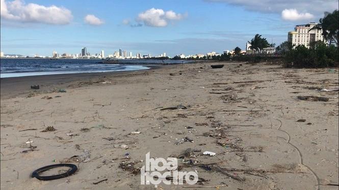 Bão số 13 đã qua lâu nhưng bãi biển Đà Nẵng vẫn còn