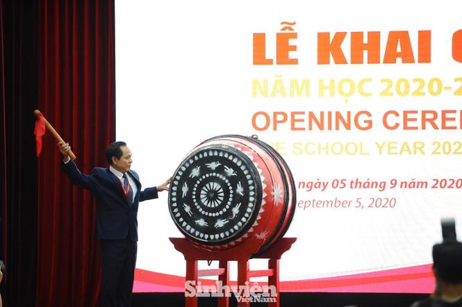 Lễ khai giảng ấn tượng của trường THPT chuyên KHXHNV đầu tiên ở Việt Nam - ảnh 2