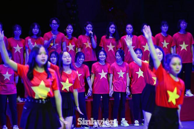 """Hàng trăm sinh viên """"Hòa ca - Thắp sáng ước mơ"""" tri ân thầy cô - ảnh 5"""