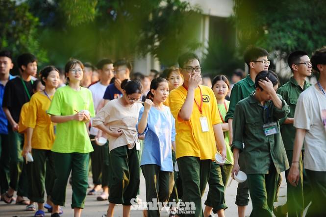 Ngắm sinh viên trải nghiệm ôm bát, xếp hàng đi ăn như người lính - ảnh 9