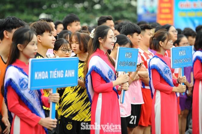 Ngắm nam thanh, nữ tú ĐH Mở Hà Nội tranh tài tại giải bóng đá sinh viên - ảnh 1