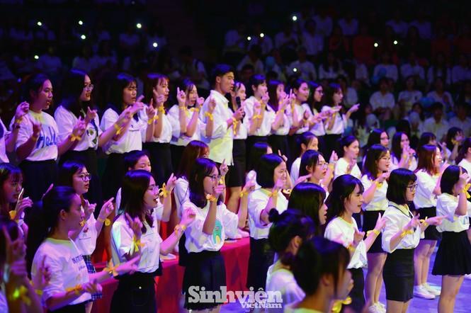 """Hàng trăm sinh viên """"Hòa ca - Thắp sáng ước mơ"""" tri ân thầy cô - ảnh 6"""
