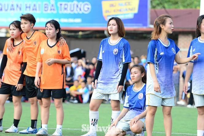 Khoảnh khắc nữ sinh ĐH Mở Hà Nội tung người đá bóng - ảnh 11