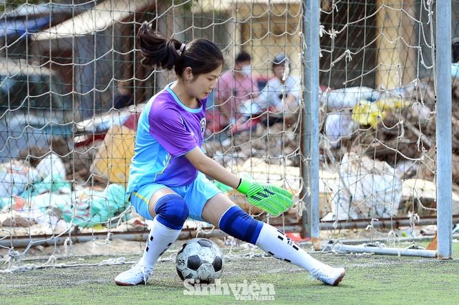 Khoảnh khắc nữ sinh ĐH Mở Hà Nội tung người đá bóng - ảnh 10