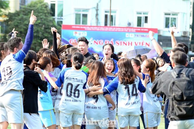 Khoảnh khắc nữ sinh ĐH Mở Hà Nội tung người đá bóng - ảnh 12