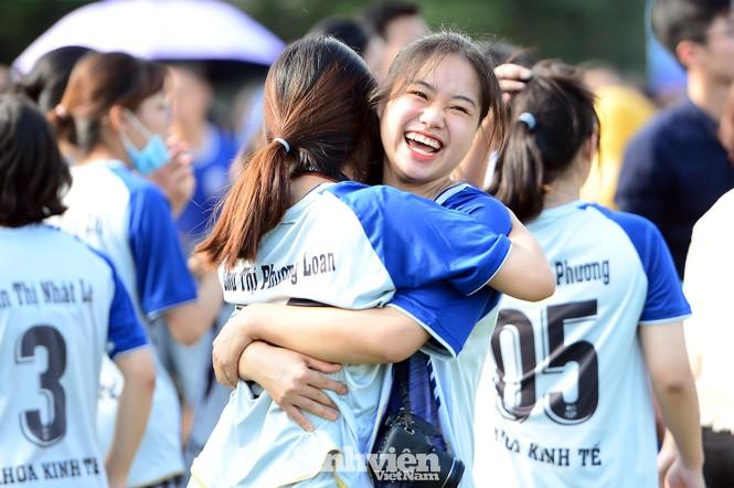 Khoảnh khắc nữ sinh ĐH Mở Hà Nội tung người đá bóng - ảnh 13