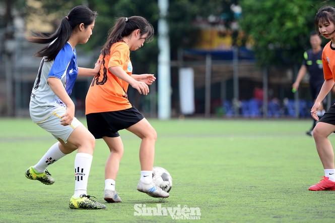 Khoảnh khắc nữ sinh ĐH Mở Hà Nội tung người đá bóng - ảnh 3