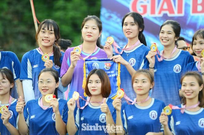 Khoảnh khắc nữ sinh ĐH Mở Hà Nội tung người đá bóng - ảnh 14