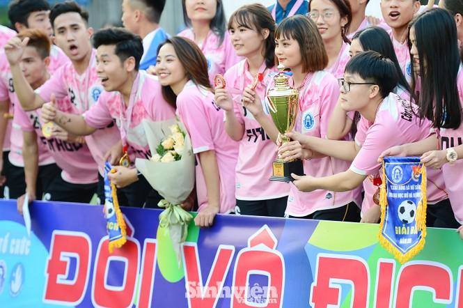 Khoảnh khắc nữ sinh ĐH Mở Hà Nội tung người đá bóng - ảnh 1