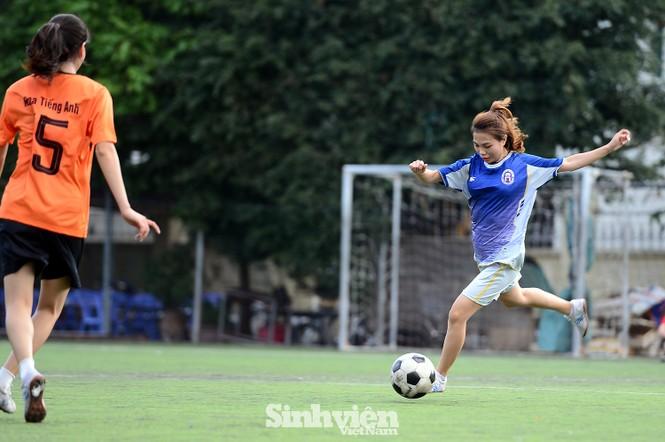 Khoảnh khắc nữ sinh ĐH Mở Hà Nội tung người đá bóng - ảnh 2