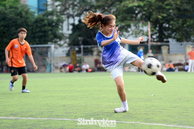 Khoảnh khắc nữ sinh ĐH Mở Hà Nội tung người đá bóng - ảnh 6