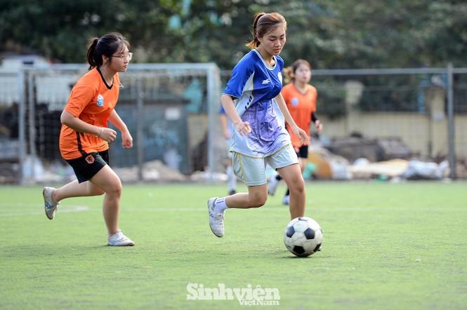 Khoảnh khắc nữ sinh ĐH Mở Hà Nội tung người đá bóng - ảnh 9