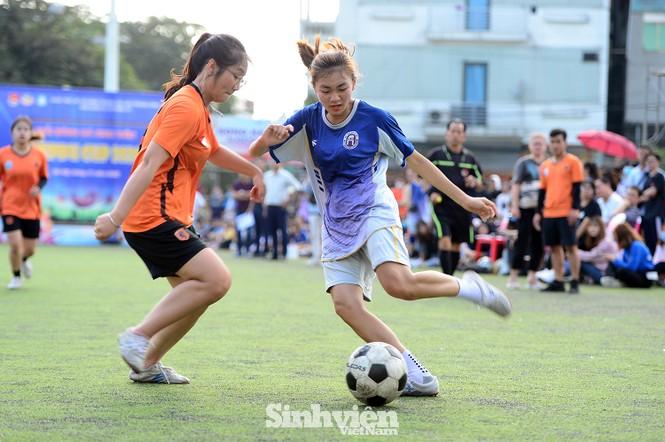 Khoảnh khắc nữ sinh ĐH Mở Hà Nội tung người đá bóng - ảnh 5