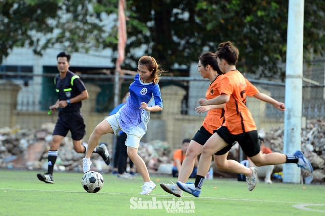 Khoảnh khắc nữ sinh ĐH Mở Hà Nội tung người đá bóng - ảnh 4