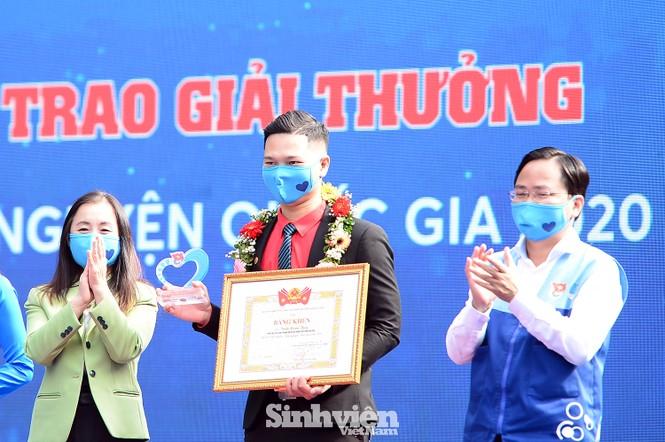 """Cô giáo """"xương thủy tinh"""" nhận giải thưởng Tình nguyện Quốc gia - ảnh 1"""