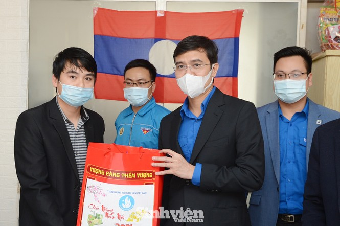 T.Ư Hội Sinh viên thăm và tặng quà lưu học sinh Lào nhân dịp Tết Tân Sửu 2021 - ảnh 3