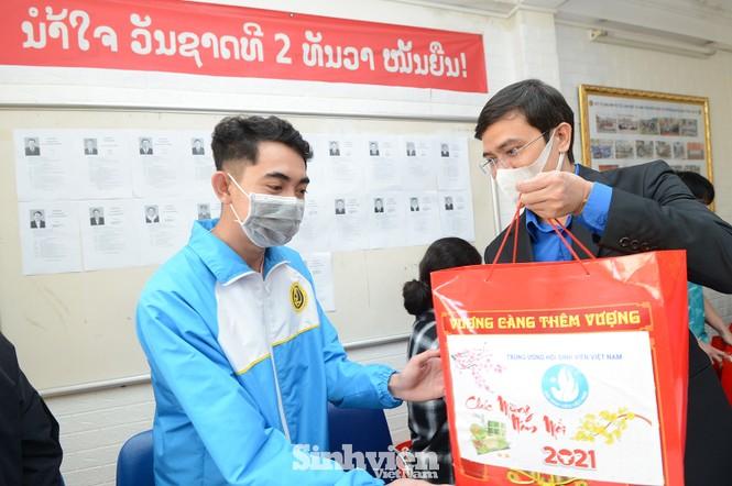 T.Ư Hội Sinh viên thăm và tặng quà lưu học sinh Lào nhân dịp Tết Tân Sửu 2021 - ảnh 1