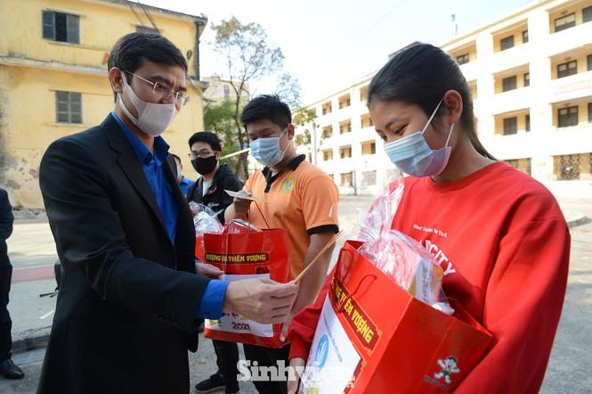 T.Ư Hội Sinh viên thăm và tặng quà lưu học sinh Lào nhân dịp Tết Tân Sửu 2021 - ảnh 7
