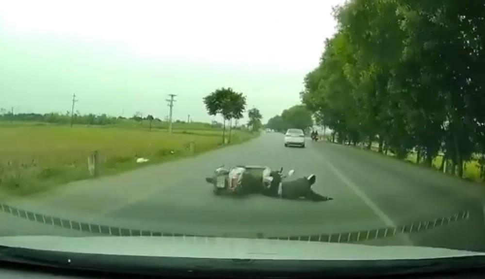 Thót tim với pha va chạm khiến xe máy suýt nằm dưới gầm ôtô