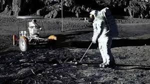 Ai là người từng đánh golf trên Mặt Trăng?