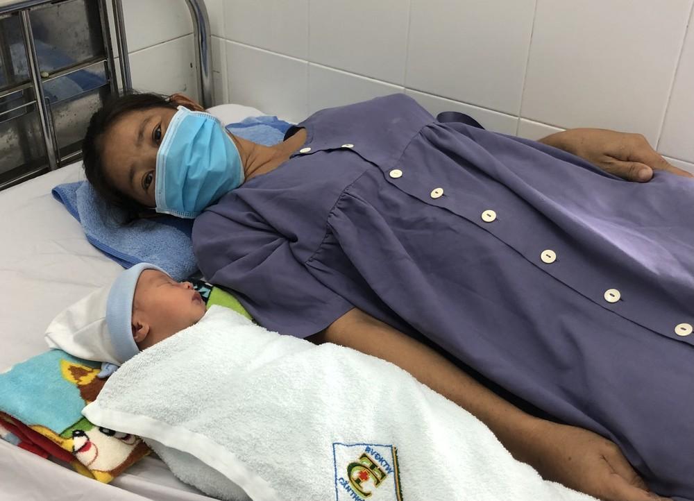 Em bé nằm cạnh khối u 'khổng lồ' trong tử cung chào đời an toàn