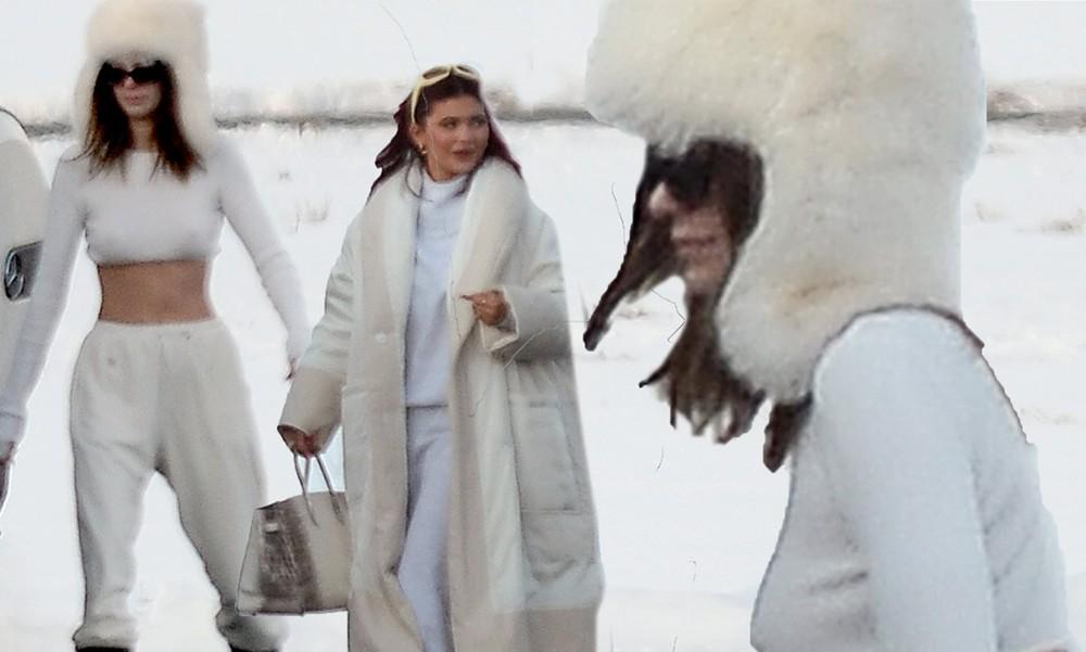Kendall Jenner mặc 'quên nội y', mặc crop-top khoe eo thon bất chấp lạnh âm độ C